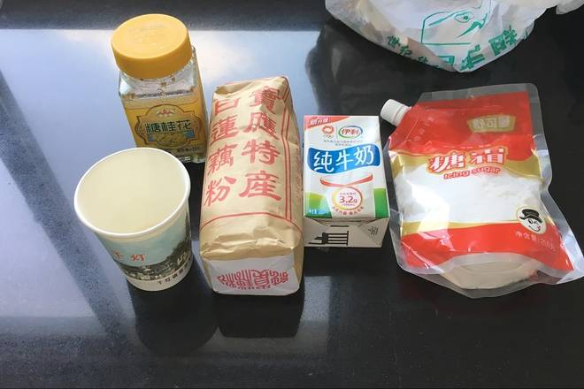 Home Cooking Recipe: 藕 powder, glutinous rice flour, powdered sugar, a spoonful of sugar osmanthus and a little milk to reconcile, milk without cold, directly poured cold, divided into two, the amount does not have to be much, stirring until no graininess is unobstructed, a little sticky .