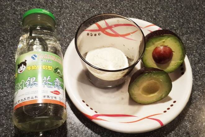 Home Cooking Recipe: 1. Wash the avocado, peel it, remove it, put it into a cup, stir it with a spoon;