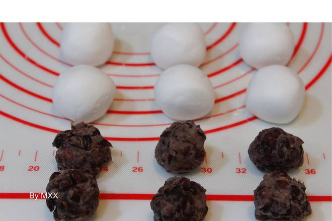 Home Cooking Recipe: 2, glutinous rice balls just about 180 grams are divided into 6, each about 30g; honey red beans also take 17, 18g one (novice recommended filling heart reduction is 14, 15 grams one, good package a little ⚠️), pinch 搓Into a group