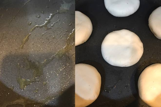 Home Cooking Recipe: 5, from the pan hot oil, less oil brush can be opened, 6 cake into the pot to pay attention to keep the distance, otherwise it will stick together;