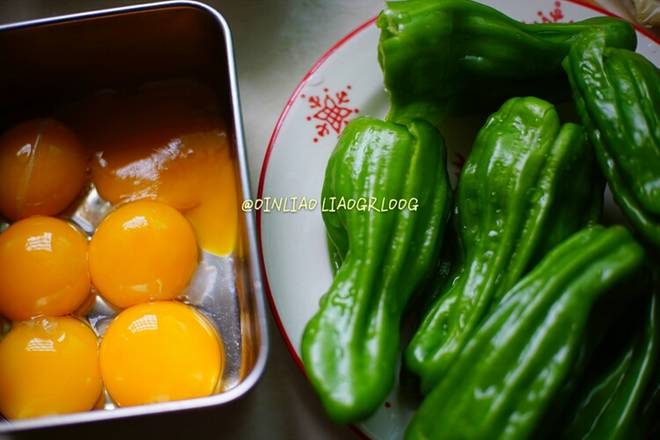 Home Cooking Recipe: 6 egg yolks separated from the shrimps, washed with green peppers