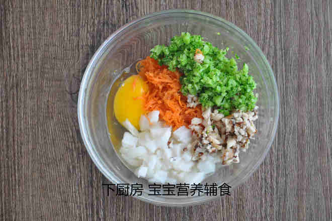 Home Cooking Recipe: 6. Put an egg in the bowl and add the squid and carrot, broccoli and mushrooms. PS: If your baby is allergic to egg whites, you can add two egg yolks in this step to save the egg whites.