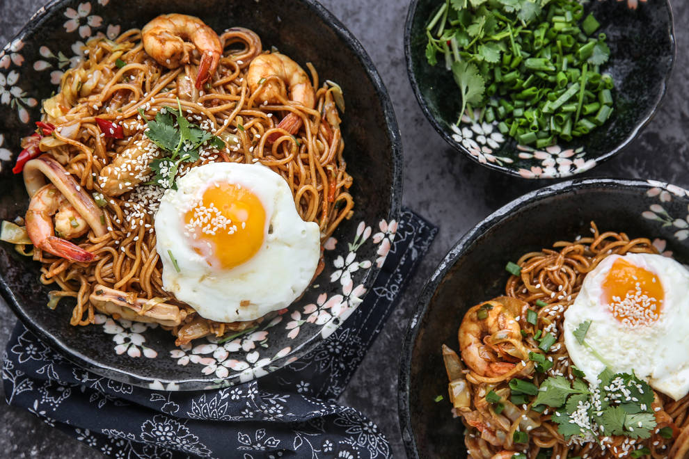 Home Cooking Recipe: A bowl of insufficient soy sauce seafood fried noodles