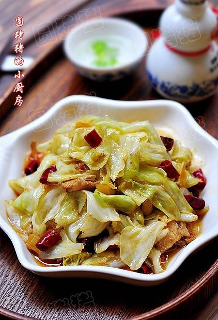 Home Cooking Recipe: A mother shredded cabbage