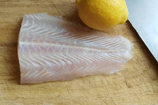 Home Cooking Recipe: a piece of fish, half a lemon