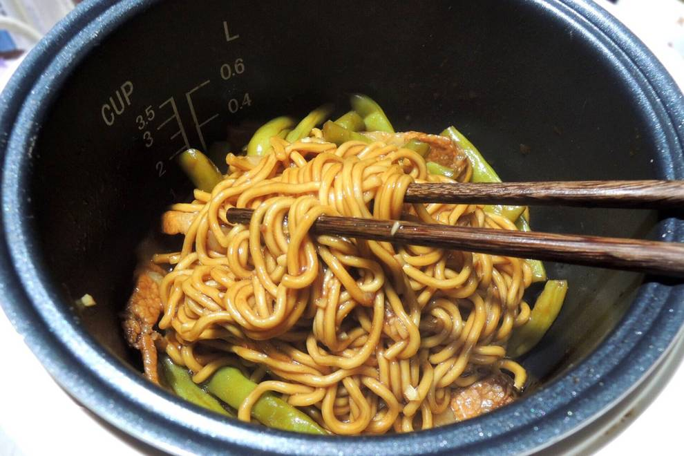 Home Cooking Recipe: A rice cooker + 40 minutes = super simple super delicious lentils noodles!