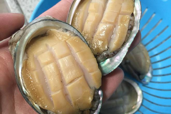 Home Cooking Recipe: Abalone removes the mud and washes it clean inside and outside.