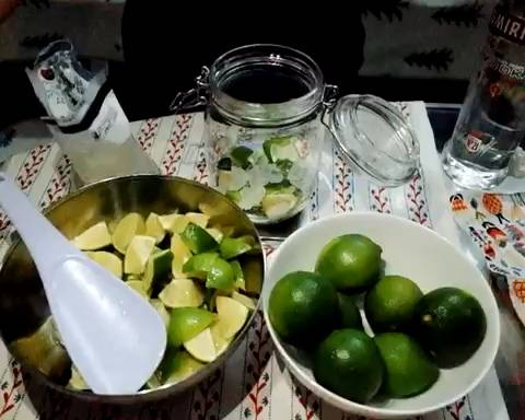 Home Cooking Recipe: According to the previous method, a layer of lime sugar (put a weight of rock sugar below) is placed in the jar alternately.