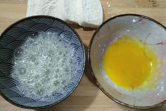 Home Cooking Recipe: Add a little salt to the egg mixture and break up.