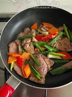 Home Cooking Recipe: Add carrot and red pepper slices, green garlic and stir fry