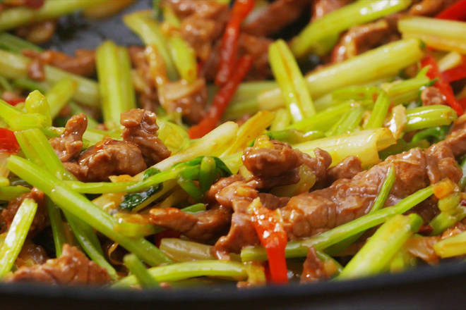 Home Cooking Recipe: Add celery, stir fry, stir fry until celery is broken, pour in the beef and mix well, and stir fry quickly;