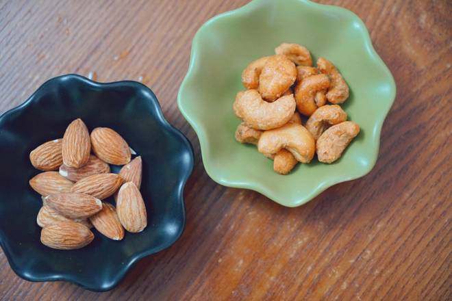 Home Cooking Recipe: Add favorite nuts, such as cashew nuts, Badan wood, etc... For the sake of beauty, it can be partially chopped and scattered into the dish.