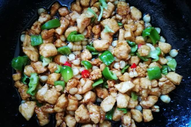 Home Cooking Recipe: Add green peppers, stir-fry the chicken, and finally add salt, soy sauce, and chicken seasoning.