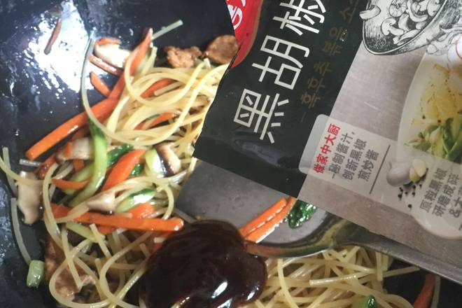 Home Cooking Recipe: Add half a packet of black pepper sauce and stir fry