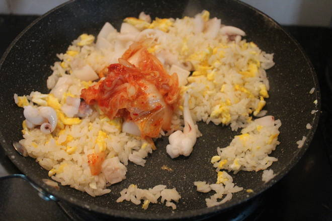 Home Cooking Recipe: Add kimchi, and add a little bit of kimchi juice.