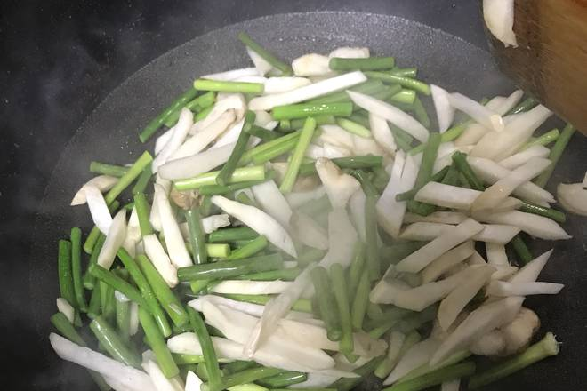 Home Cooking Recipe: Add oil to the pot. After the oil is hot, fry the garlic, peas, and oyster mushrooms. The mushroom itself has a large water content, no need to add water!