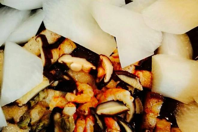 Home Cooking Recipe: Add shiitake mushrooms, sea bream and white radish, stir fry
