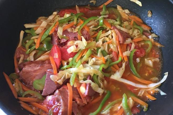 Home Cooking Recipe: Add some water, season with salt and a little soy sauce. Add the noodles and stir evenly with a spatula or chopsticks to prevent sticking to the bottom of the pan. When the soup is thick, it can be cooked.