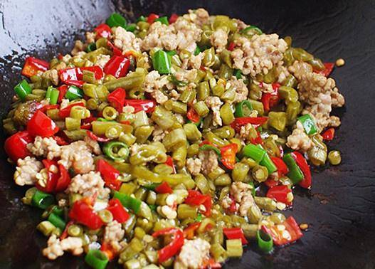 Home Cooking Recipe: Add the chopped beans, stir fry the pepper, add the shallots before the pot