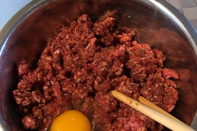 Home Cooking Recipe: Add the cooking wine, raw soy sauce and other seasonings to the beef. Add the eggs, stir the beef in one direction with chopsticks, and add the onion ginger water to stir the ingredients.
