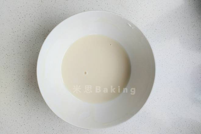 Home Cooking Recipe: Add the filtered bean paste to the edible glycerin and mix well. At this time, if you want the color of the lace, add the pigment to adjust the color you want. The bean paste itself is yellowish. If you want to make white lace, add some white pigment.