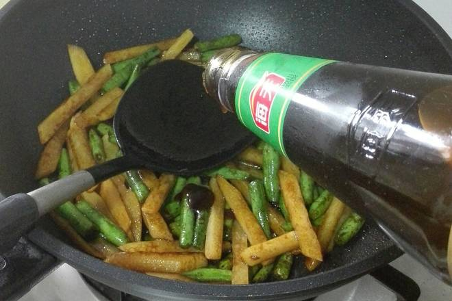 Home Cooking Recipe: Add the old smoked and fry, then add the sugar, soy sauce, and consume oil. Stir fry evenly.