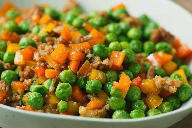 Home Cooking Recipe: Add the peas, carrots and stir fry evenly after the minced meat. Add salt, soy sauce, red/yellow pepper, stir fry!