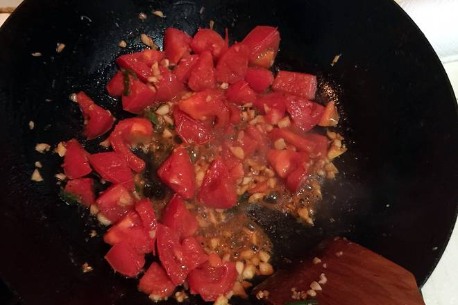 Home Cooking Recipe: Add the tomatoes and stir fry, stir fry and smash with a shovel.