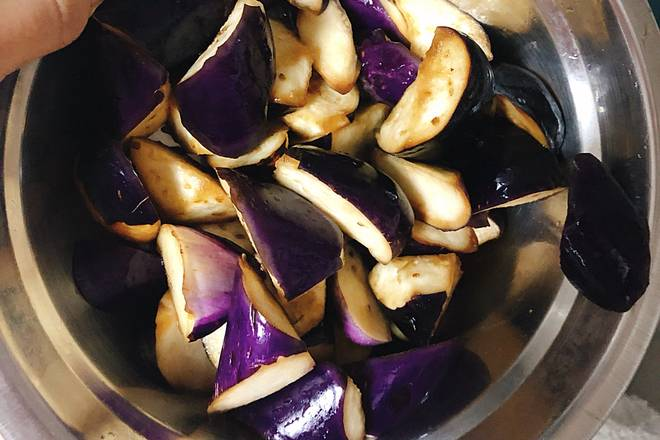 Home Cooking Recipe: After 10 minutes, the eggplant was marinated and the water was drained.
