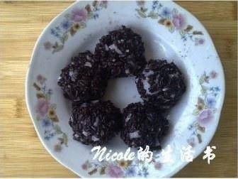 Home Cooking Recipe: After all the purple rice balls are ready, you can put them on the plate and sprinkle a little osmanthus to make an embellishment.