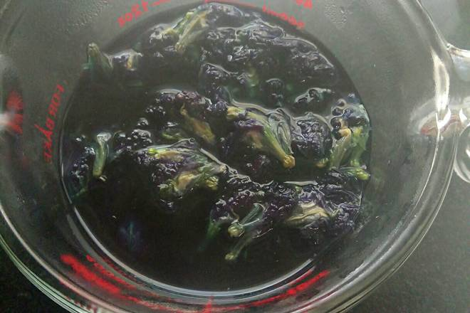Home Cooking Recipe: After soaking the butterfly bean flower in boiling water for an hour, filter out 215 grams of blue juice and put it in the refrigerator for storage.