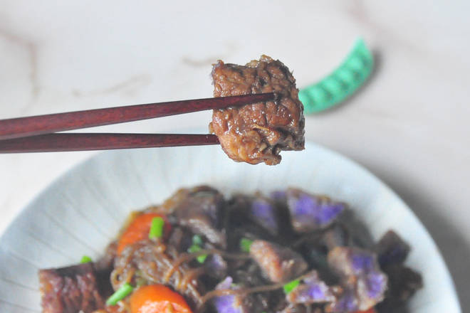 Home Cooking Recipe: After the beef is stewed, add the potatoes and carrots for 15 minutes. Put the remaining konjac and green peppers and cook for about 10 minutes. There is already a salty soy sauce, so the salt is added before the pot.