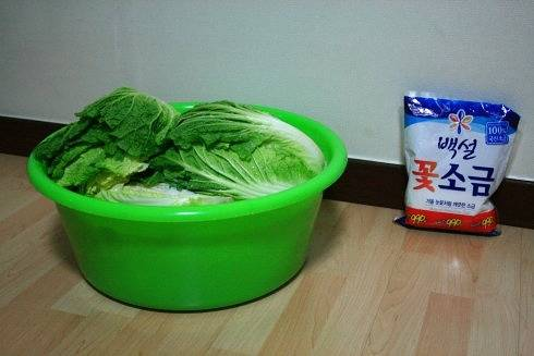 Home Cooking Recipe: After the coarse salt is sprinkled between the leaves of the cabbage, the water is poured into the pot. It is almost possible to drown the cabbage (if the salt is not put in a lot, you can pour some salt in the water), then marinate for 15 hours.