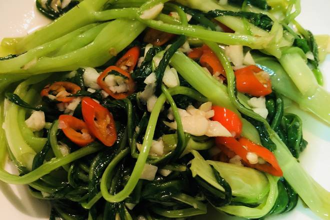 Home Cooking Recipe: After the dish is cleaned, the hot oil under the garlic refers to the pepper, and then the spinach, must be fried in a big fire, stir-fry for about two minutes, add salt to taste and then pan