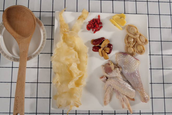 Home Cooking Recipe: After the flower and abalone foaming is completed, prepare the soup material, prepare the chicken, ginger, sorghum, and red dates to go to the nucleus (the red dates of the soup have the effect of removing the fire after nucleation)