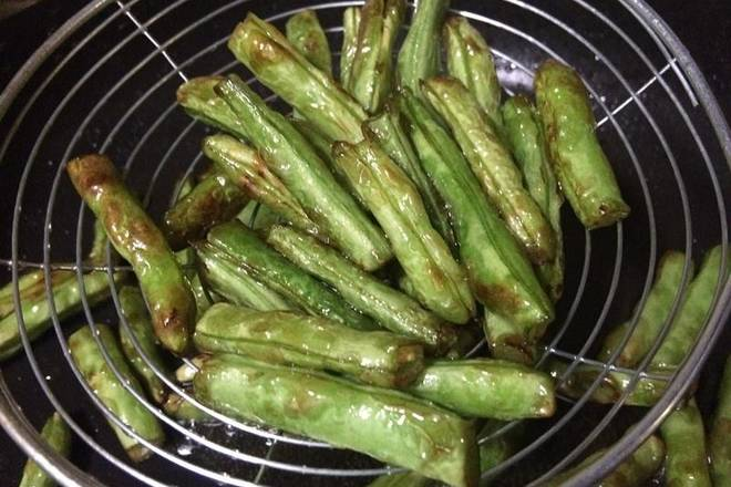 Home Cooking Recipe: After the hot pot, put more salad oil, the green beans should be fried and fried, otherwise it will be poisoned, this is very important. In addition, the green beans are more oily, and when the oil is dried up, the scent of the beans can be fried and eaten better.