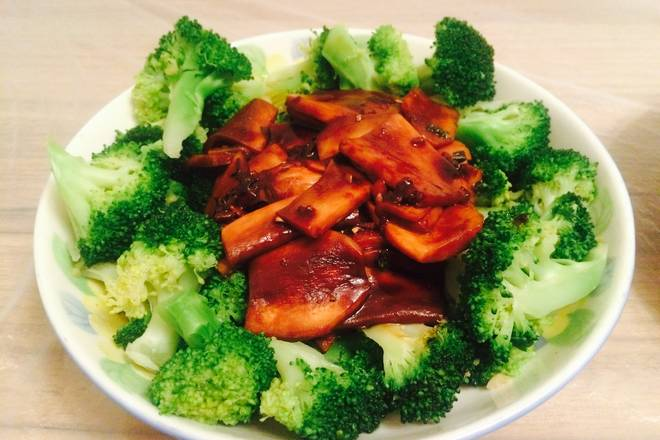 Home Cooking Recipe: After the mushrooms are cooked, they are smashed into the broccoli and finished!