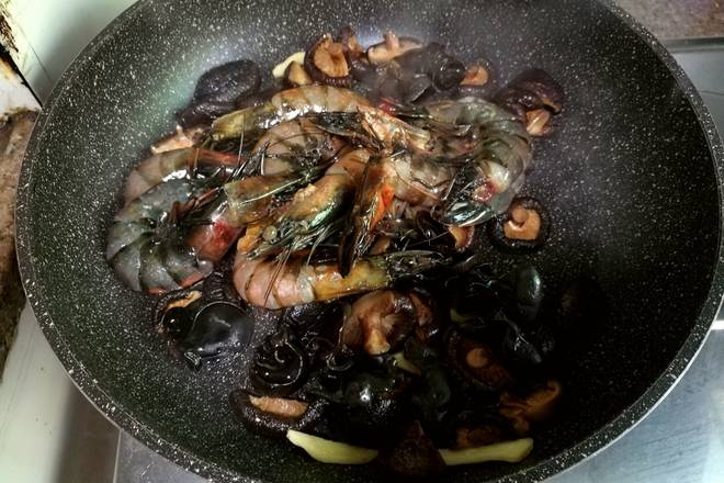 Home Cooking Recipe: After the mushrooms are slightly browned, the shrimps are fried and the shrimps turn red.