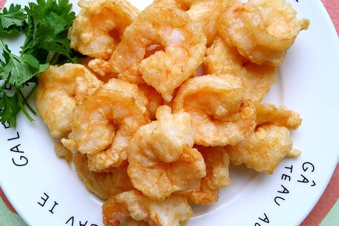 Home Cooking Recipe: After the oil is burned, add 70% of the heat, add the shrimp, turn to a small fire, fry until golden brown, drain and remove.