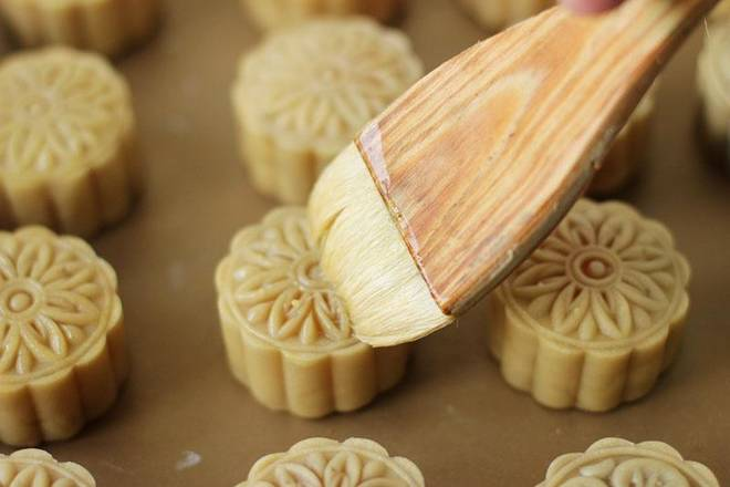 Home Cooking Recipe: After the oven is preheated, put in the moon cake, and the middle and upper layers are fired for 3~5 minutes.