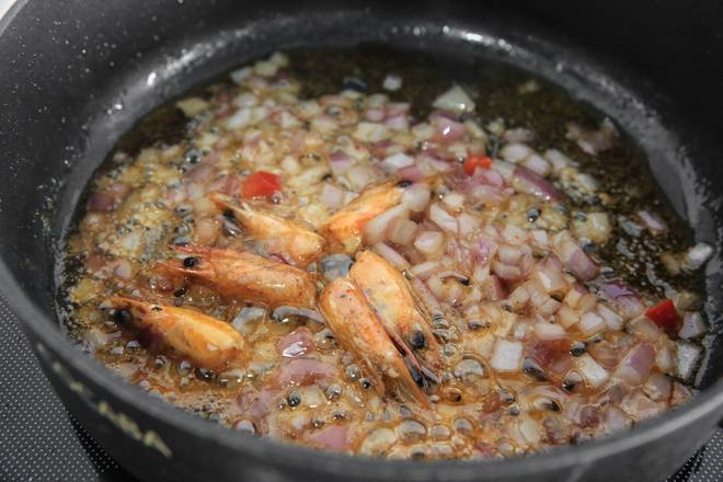 Home Cooking Recipe: After the shrimp head is fried with red shrimp oil, add onion and stir fry until the flavor overflows.