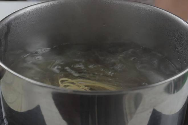 Home Cooking Recipe: After the soup is frozen, start to cook the cold noodles, put the noodles in boiling water and cook for about 30 seconds. This may be slightly different according to different products. When cooking, keep stirring until the noodles stick together and wait for the cold water to wait. use.