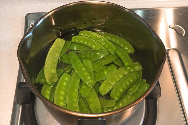 Home Cooking Recipe: After the water in the pot is boiled, add the peas, add a small amount of salt, and cook it for a minute. Dutch beans are easier to cook, and they will be put into a wok for a while. In this step, the water is not cooked for a long time.