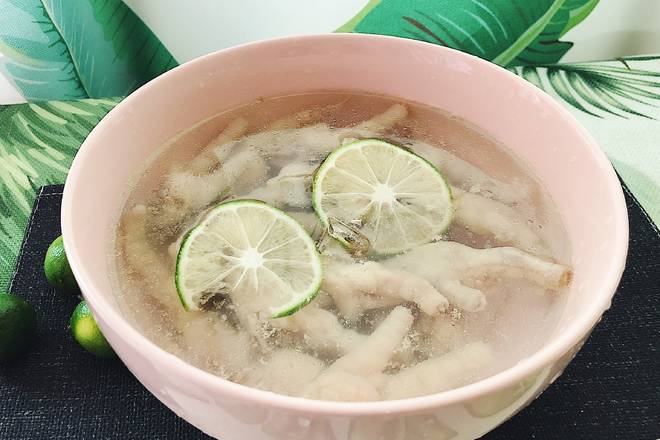 Home Cooking Recipe: After washing the chicken feet, add ginger slices, add water to the pot and cook for 20 minutes until cooked, quickly put in ice water, the chicken feet will tighten the teeth.