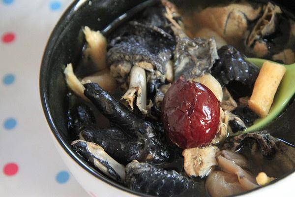 Home Cooking Recipe: Angelica sinensis, red dates, stewed black chicken soup
