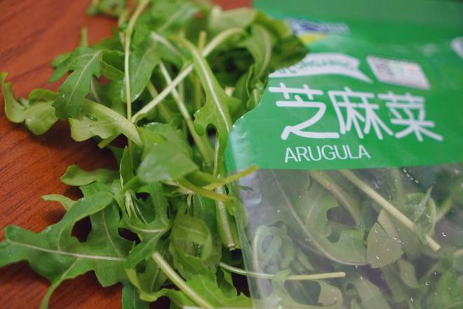 Home Cooking Recipe: Arugula can be eaten raw, or with enoki mushroom, add soy sauce, salt, sesame oil, black pepper and stir seasoning!