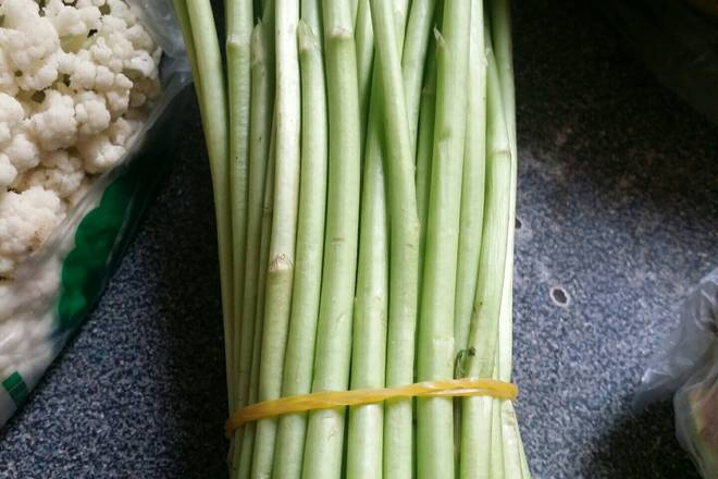 Home Cooking Recipe: Asparagus extracts the old ribs, cleans them, picks them by hand, you can also cut them with a knife.
