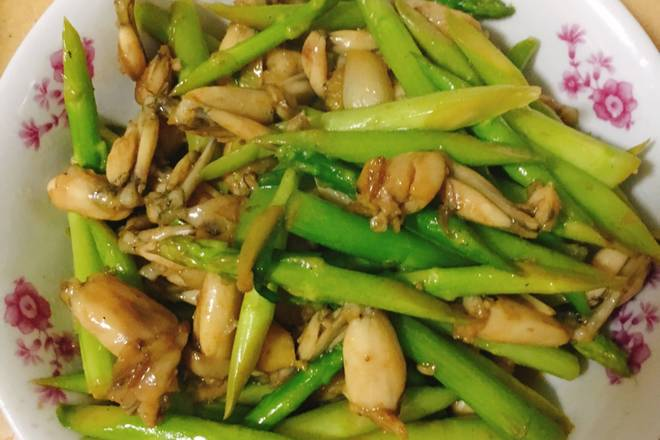 Home Cooking Recipe: Asparagus simmered, hot oil simmered, put ginger slices of squid chicken, add salt, soy sauce, white wine, if it is too dry, add a small amount of water, stir-fry until the chicken is cooked.
