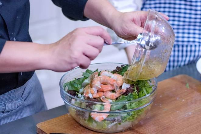 Home Cooking Recipe: Assembling the processed shrimp into a lettuce bowl, topping the sauce, adding the grapefruit pulp, and finally mixing the ingredients in the bowl.