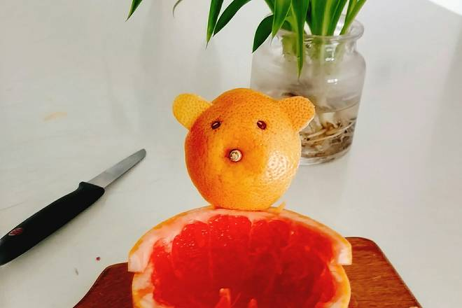 Home Cooking Recipe: At the back of the pomelo-skin joint, use the knife arc to draw it, use the toothpick to string the head of the bear, and insert it!